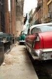 Uitstekende die auto's in de straat van Havana Cuba worden geparkeerd royalty-vrije stock fotografie