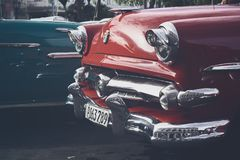 Uitstekende die auto's in het hoofdcentrum van Havana, Cuba worden opgesteld stock afbeelding