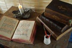 Uitstekende die boeken voor lezing worden geopend stock fotografie