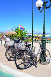 Uitstekende die fietsen tegen zandduinen door het strand worden geparkeerd Koseiland, Griekenland stock fotografie