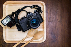 Uitstekende die filmcamera met flits op schotel voor voedsel wordt geplaatst Royalty-vrije Stock Foto's
