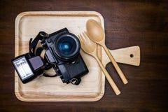 Uitstekende die filmcamera met flits op schotel voor voedsel wordt geplaatst Stock Fotografie