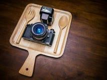 Uitstekende die filmcamera met flits op schotel voor voedsel wordt geplaatst Stock Foto