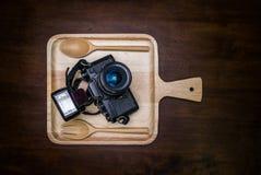 Uitstekende die filmcamera met flits op schotel voor voedsel wordt geplaatst Royalty-vrije Stock Afbeelding