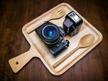 Uitstekende die filmcamera met flits op schotel voor voedsel wordt geplaatst Stock Afbeeldingen