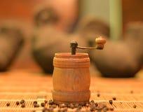 Uitstekende die pepermolen door onze grootouders wordt gebruikt stock fotografie