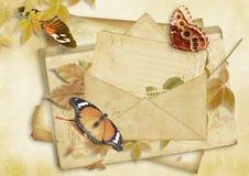Uitstekende document achtergrond met oude envelop en maar Stock Afbeeldingen