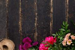 Uitstekende donkere houten lijst met bloemen en streng royalty-vrije stock foto