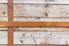 Uitstekende doorstane houten die raad met roestige metaalstrepen wordt vastgemaakt Natuurlijke houten textuur abstracte achtergro Royalty-vrije Stock Afbeeldingen