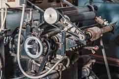Uitstekende drukmachine om in druk te snijden Een deel van het oude mechanisme, regelgevers, toestellen stock fotografie