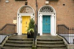 Uitstekende Dublin deuren in turkoois en geel stock afbeeldingen