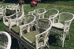 Witte Rieten Stoel : Uitstekende elegante modieuze witte rieten stoelen met bloemen voor