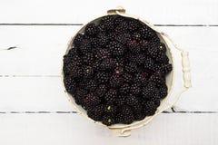 Uitstekende emmer van grote, rijpe, sappige braambessen Gezond, voedzaam, en organisch fruit royalty-vrije stock afbeeldingen