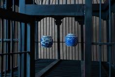 Uitstekende en Oude Houten Vogelkooi met Waterkoppen Stock Foto's