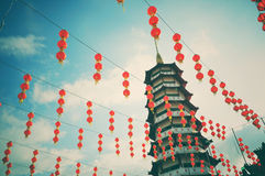 Uitstekende en retro stijlpagode en Chinese nieuwe jaarlantaarns Royalty-vrije Stock Afbeelding
