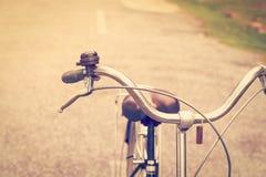 Uitstekende fiets en rem met klok royalty-vrije stock afbeeldingen