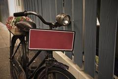 Uitstekende fiets met rode lege plaat stock afbeeldingen