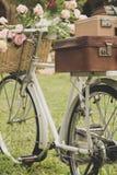 Uitstekende fiets op het gebied royalty-vrije stock afbeelding