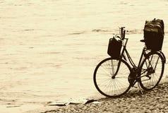 Uitstekende fiets op het strand Stock Foto's