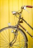 Uitstekende fiets op muur Stock Foto's