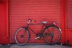 Uitstekende fiets tegen oude bakstenen muur Stock Foto