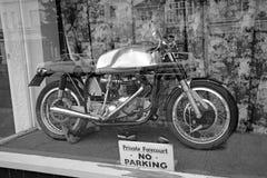 Uitstekende fiets in winkelvenster Stock Fotografie