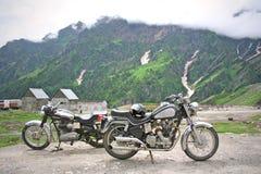 Uitstekende fietsen op himalayan avontuur stock fotografie