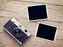 Uitstekende filmcamera en twee lege fotokaders Royalty-vrije Stock Foto