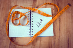 Uitstekende foto, Centimeter die op notitieboekje, concept liggen vermageringsdieet Stock Fotografie