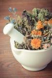 Uitstekende foto, Droge kruiden en bloemen in wit mortier, herbalism, decoratie royalty-vrije stock foto