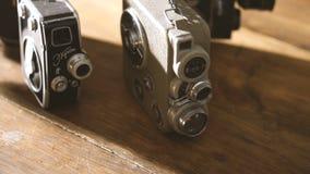 Uitstekende foto en videocamera's op een houten lijst stock video
