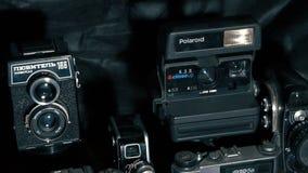 Uitstekende foto en videocamera's op een houten lijst stock videobeelden