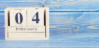 Uitstekende foto, 4 Februari Datum van 4 Februari op houten kubuskalender Royalty-vrije Stock Afbeeldingen