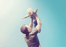 Uitstekende foto gelukkige vader en zoon Stock Afbeeldingen