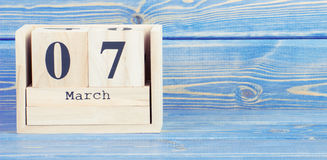 Uitstekende foto, 7 Maart Datum van 7 Maart op houten kubuskalender Royalty-vrije Stock Afbeeldingen