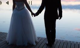 Uitstekende foto van de silhouetten van het huwelijkspaar in openlucht Stock Foto
