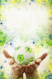 Uitstekende foto van handen die voetbalbal en de vlag van Brazilië houden Stock Fotografie