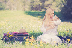 Uitstekende foto van tienermeisje met konijntje in de aard Stock Afbeelding