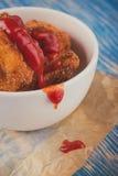 Uitstekende foto van weinig stukken van gebraden bloemkool met ketchup Stock Afbeeldingen