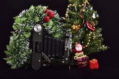 Uitstekende fotocamera en vrolijke Kerstmis stock foto's