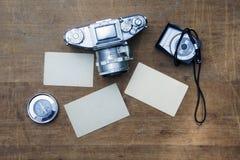 Uitstekende fotocamera met leeg fotokader op een houten lijst Stock Foto