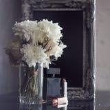 Uitstekende fotokader en bloemen op een zwarte geweven achtergrond Plaats voor uw tekst Royalty-vrije Stock Afbeelding