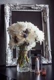 Uitstekende fotokader en bloemen op een zwarte geweven achtergrond Plaats voor uw tekst Royalty-vrije Stock Foto