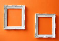 Uitstekende frames op oranje muur Royalty-vrije Stock Afbeelding
