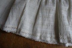 Uitstekende franjes met kant op boord van rok stock afbeelding