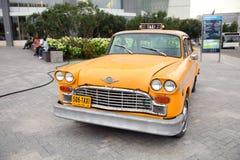 Uitstekende gele Taxi, de Controleur van het autobedrijf moskou 27 08 2018 royalty-vrije stock afbeelding