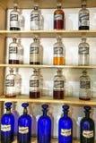 Uitstekende geneeskundeflessen in Farmacia Francesa van Cuba Stock Fotografie