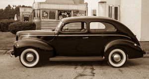 Uitstekende Gestemde Auto bij Oude Diner Sepia Royalty-vrije Stock Afbeelding