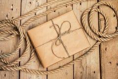 Uitstekende giftdoos en kabel op houten achtergrond Royalty-vrije Stock Afbeeldingen