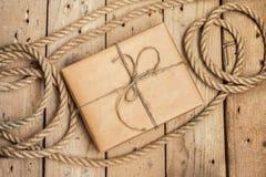 Uitstekende giftdoos en kabel op houten achtergrond Stock Foto's